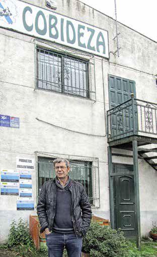Revista AFRIGA - Ramón Santalla frente a la nave de Cercio de la cooperativa Cobideza - Microsilos de maíz